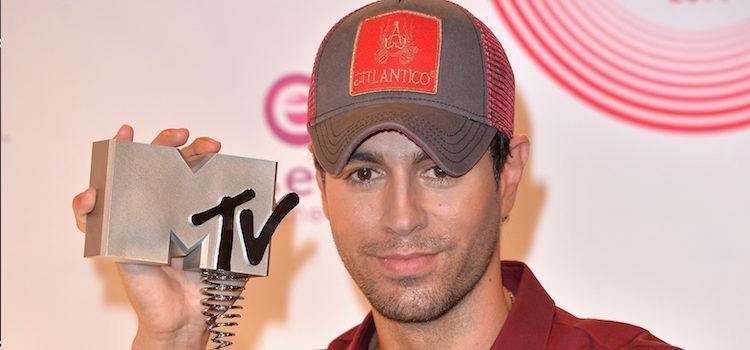 Enrique Iglesias posando con su galardón de los MTV EMA 2014