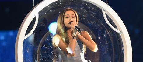 Ariana Grande en un columpio durante su actuación en los MTV EMA 2014