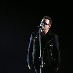 Bono durante su actuación en los MTV EMA 2014
