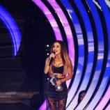 Ariana Grande recogiendo su galardón en los MTV EMA 2014