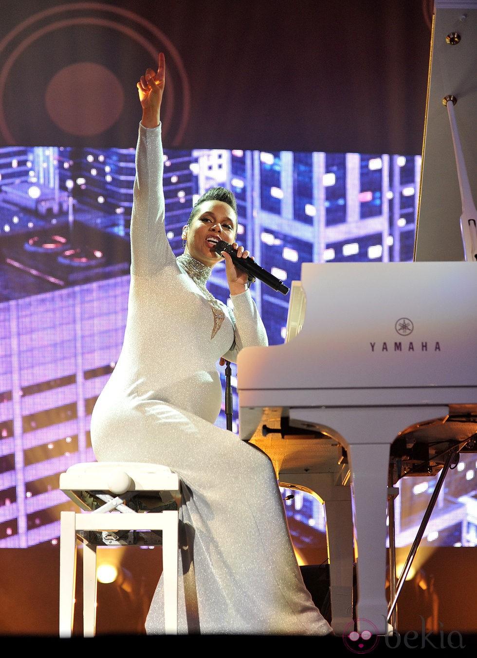 Alicia Keys durante su actuación en los MTV EMA 2014