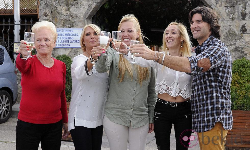 Belén Esteban brinda por su 41 cumpleaños con su madre y Toño Sanchís