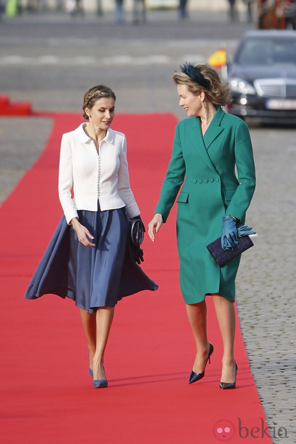 La Reina Letizia y la Reina Matilde charlando en la primera visita oficial de Felipe y Letizia como Reyes a Bélgica