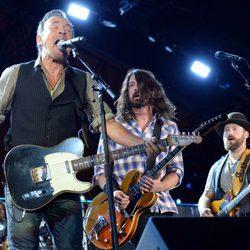Bruce Springsteen, Dave Grohl y Zac Brown durante su actuación en Concert for Valor 2014