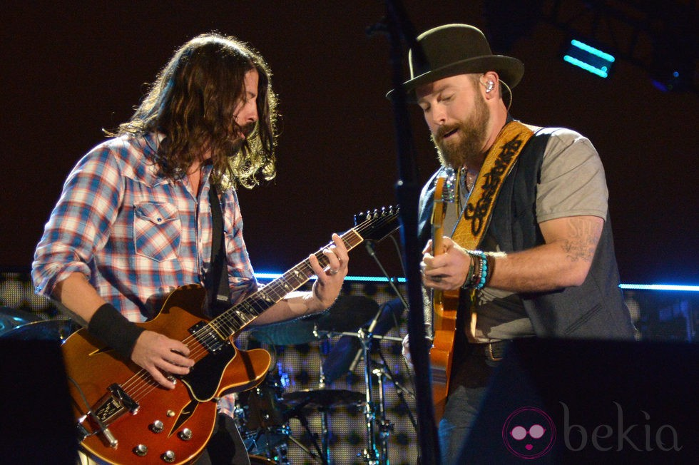 Dave Grohl y Zac Brown durante su actuación en Concert for Valor 2014