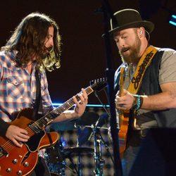 Dave Grohl y Zac Brown durante su actuación en Concert for Valor 2014