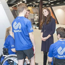 Kate Middleton charla con unos deportistas en el GSK Human Executive centre de Brentford