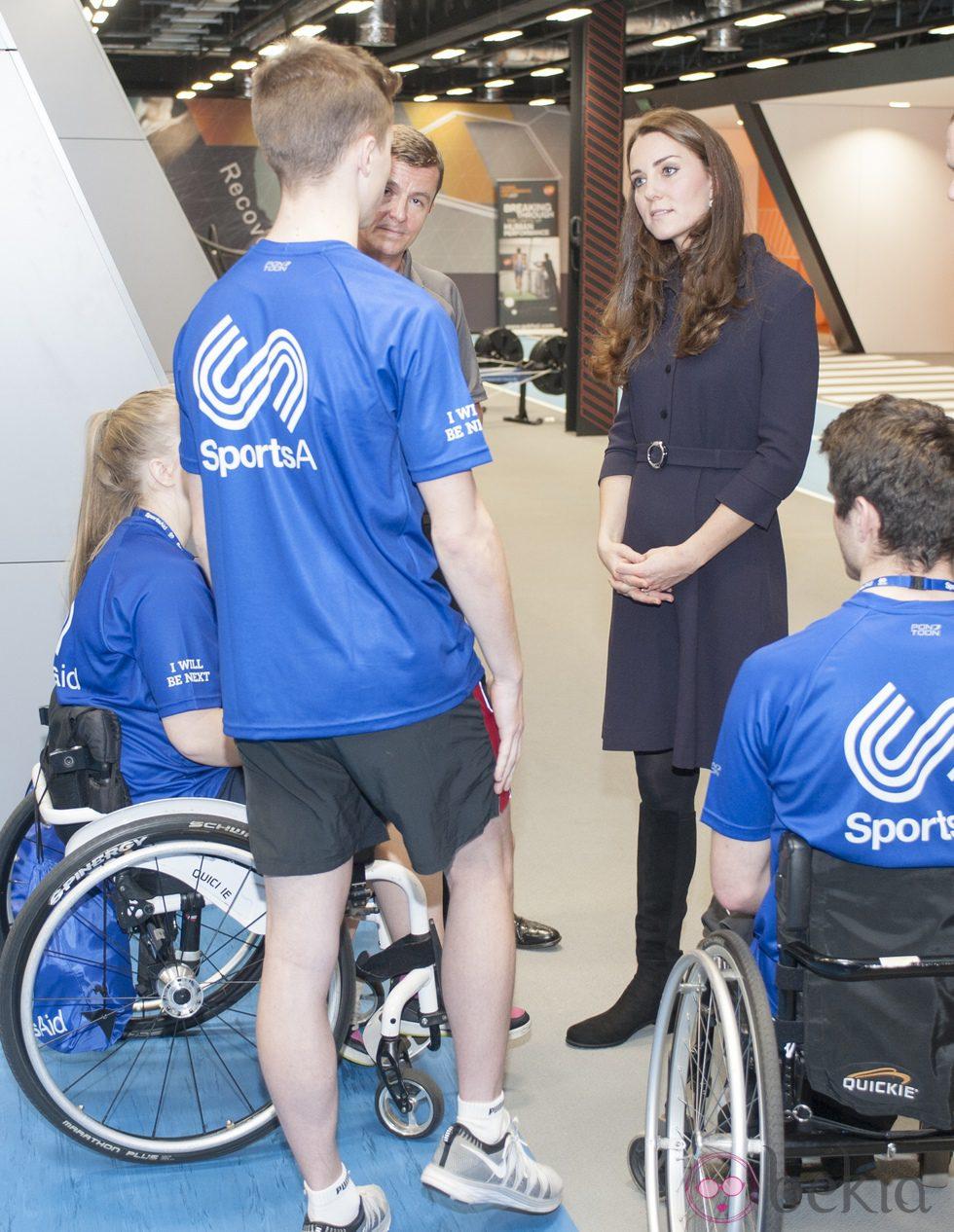 Kate Middleton charla con unos deportistas en el GSK Human Executive centre de Brentford