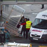Iñaki Urdangarín entra en un avión tras haber sido escoltado por la Guardia Civil