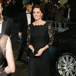Kate Middleton luce embarazo en la Royal Variety Performance 2014