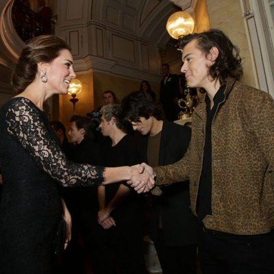 Kate Middleton saluda a Harry Styles en la Royal Variety Performance 2014