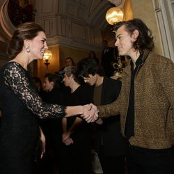 Kate Middleton saluda a Harry Styles en la Royal Variety Performance 2014