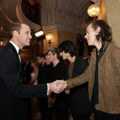 El Príncipe Guillermo saluda a Harry Styles en la Royal Variety Performance 2014