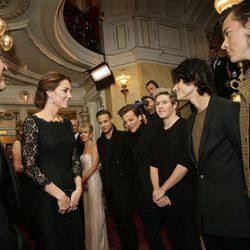 Kate Middleton con One Direction en la Royal Variety Performance 2014