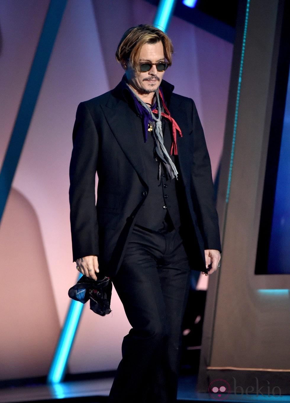 Johnny Depp se tambalea en visible estado de embriaguez durante los Hollywood Film Awards
