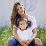 Sara Carbonero posa junto a una niña con discapacidad para el calendario solidario del Hospital de San Rafael