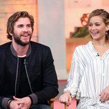 Liam Hemsworth y Jennifer Lawrence en el  programa 'Good Morning America'