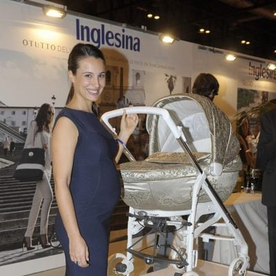 Xenia Tostado luce embarazo en un acto promocional