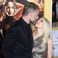 Jessica Simpson y Eric Johnson posando en el estreno de 'Sinsajo' en Los Ángeles
