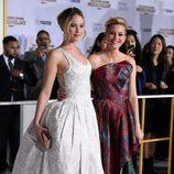 Jennifer Lawrence y Elizabeth Banks en el estreno de 'Sinsajo' en Los Ángeles