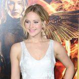 Jennifer Lawrence sonriente en el estreno de 'Los Juegos del Hambre: Sinsajo Parte 1' en Los Ángeles