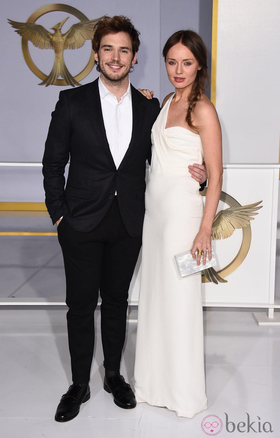 Sam Claflin y  Laura Haddock en el estreno de 'Sinsajo' celebrado en Los Ángeles