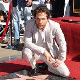 Matthew McConaughey junto a su estrella en el Paseo de la Fama de Hollywood