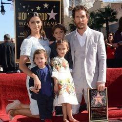Matthew McConaughey estrena su estrella en el Paseo de la Fama de Hollywood con Camila Alves y sus tres hijos
