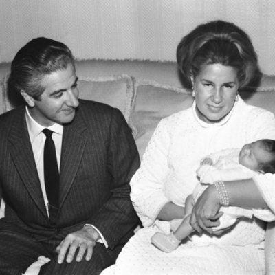 Los Duques de Alba presentan a su hija Eugenia en 1968