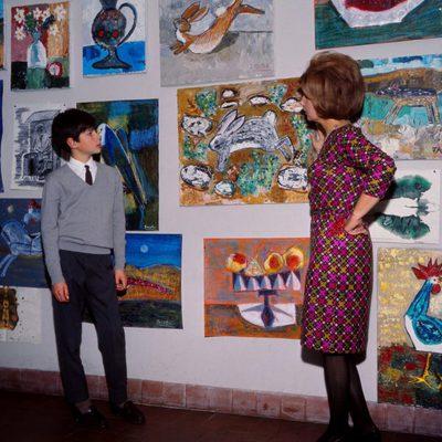 La Duquesa de Alba con su hijo Jacobo ante unos cuadros en 1966