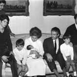 Los Duques de Alba con sus seis hijos en 1968