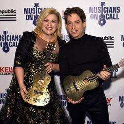 Kelly Clarkson y Charlie Walk en la gala aniversario a sus 15º años de 'EVP Republic Records'