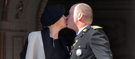 Alberto y Charlene de Mónaco se dan un beso en el Día Nacional de Mónaco 2014