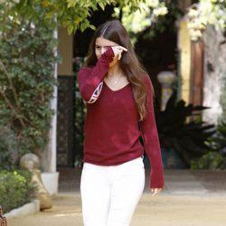 Cayetana Rivera, triste tras visitar a la Duquesa de Alba en el Palacio de las Dueñas