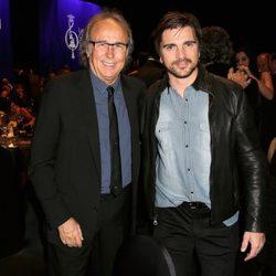 Joan Manuel Serrat y Juanes en la entrega del premio Persona del Año 2014