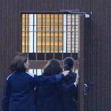 Isabel Pantoja entra en la cárcel de Alcalá de Guadaíra acompañada por dos funcionarias