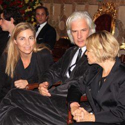 Eugenia Martínez de Irujo habla con Jacobo Fitz-James Stuart e Inka Martí en la capilla ardiente de la Duquesa de Alba