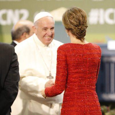 La Reina Letizia saluda al Papa Francisco en la Conferencia sobre Nutrición de la FAO