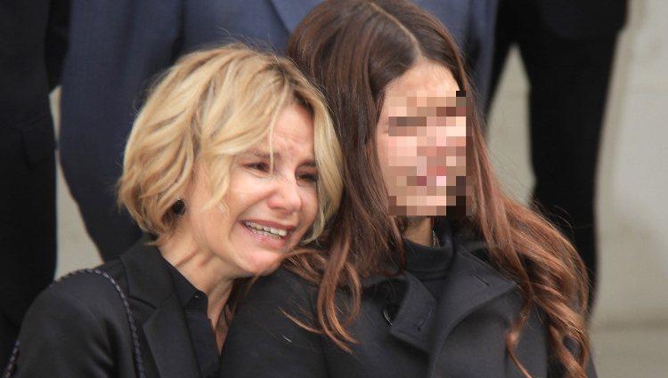 Eugenia Martínez de Irujo y Cayetana Rivera llorando en el funeral de la Duquesa de Alba