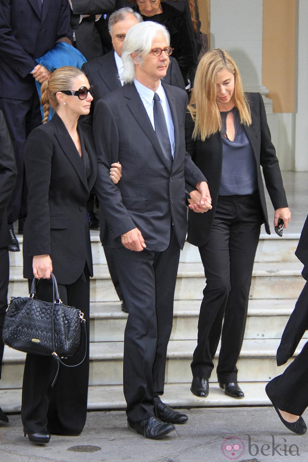 Genoveva Casanova, Jacobo Fitz-James Stuart e Inka Martí en el funeral de la Duquesa de Alba
