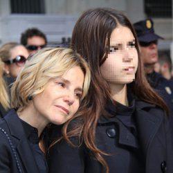 Eugenia Martínez de Irujo se apoya en su hija Cayetana en el funeral de la Duquesa de Alba