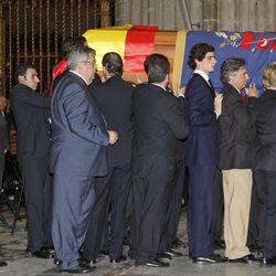 El féretro de la Duquesa de Alba en su funeral en la Catedral de Sevilla
