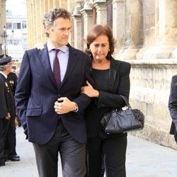 Carmen Tello con su hijo Fernando en el funeral de la Duquesa de Alba