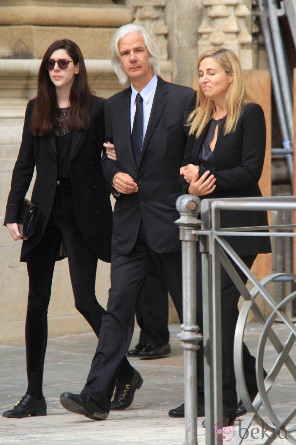 Jacobo Fitz-James Stuart con su mujer Inka Martí y su hija Brianda tras el funeral de la Duquesa de Alba