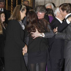 Alfonso Díez y Cayetana Rivera se abrazan en el funeral de la Duquesa de Alba