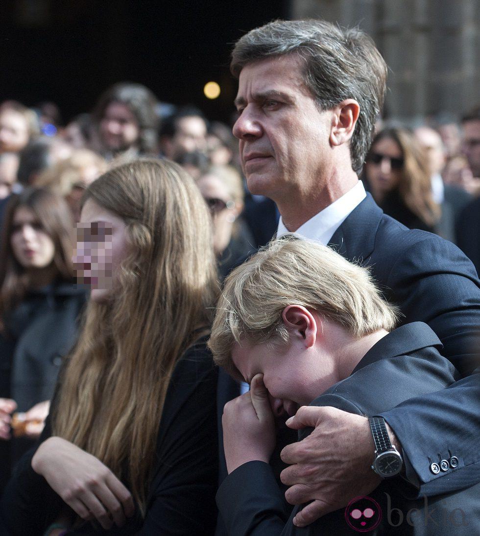 Cayetano Martínez de Irujo consuela a sus hijos tras el funeral de la Duquesa de Alba