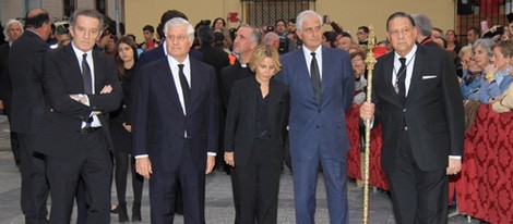 Alfonso Díez y los hijos de la Duquesa de Alba salen de la iglesia del Cristo de los Gitanos