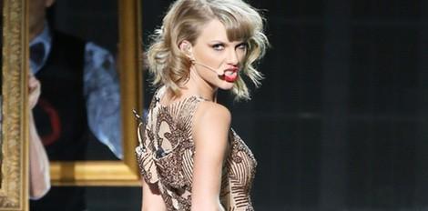 Taylor Swift durante su actuación en los American Music Awards 2014