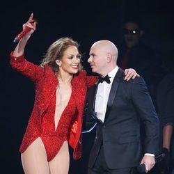 Jennifer Lopez y Pitbull durante su actuación en los American Music Awards 2014