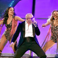 Pitbull durante su actuación en los American Music Awards 2014